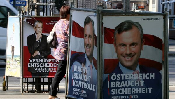 People walk between election posters of Alexander Van der Bellen, candidate for presidential elections and former head of the Austrian Greens, and Norbert Hofer, candidate for presidential elections of Austria's right-wing Freedom Party, FPOE, in Vienna, Austria, Monday, Sept. 12, 2016 - Sputnik International