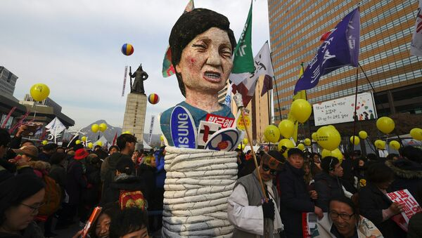 Protesters carry an effigy of South Korea's President Park Geun-Hye during a rally against Park in central Seoul on December 3, 2016 - Sputnik International