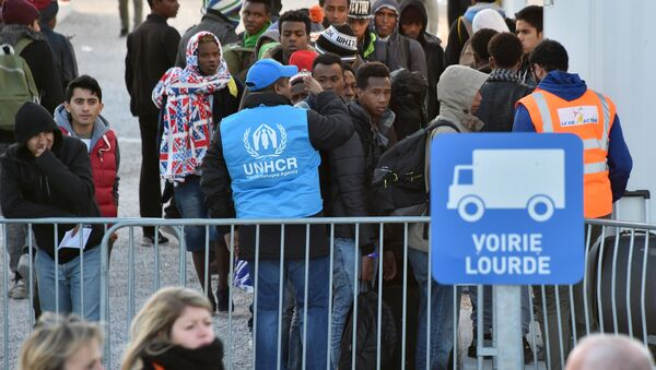 Volonteers of the United Nations High Commissioner for Refugees (UNHCR) agency and La Vie Active association help unaccompanied migrant minors, from the demolished Jungle migrant camp in Calais, to board a bus to travel to reception centres around France on November 2, 2016 in Calais, northern France - Sputnik International