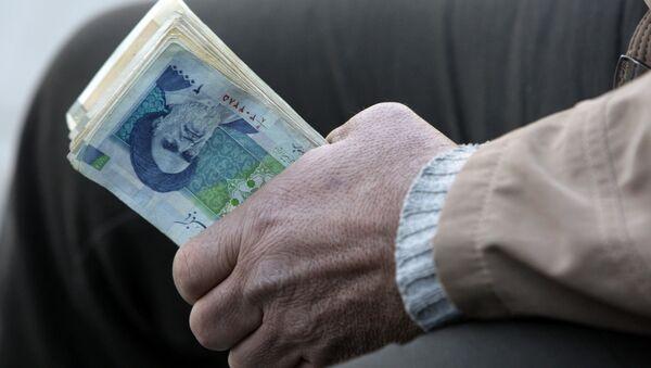 Iranian street money changer holds Iranian banknotes (File) - Sputnik International