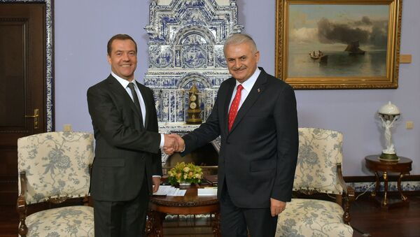 Russian Prime Minister Dmitry Medvedev and Turkish Prime Minister Binali Yildirim, right, during a meeting at Gorki residence outside Moscow - Sputnik International