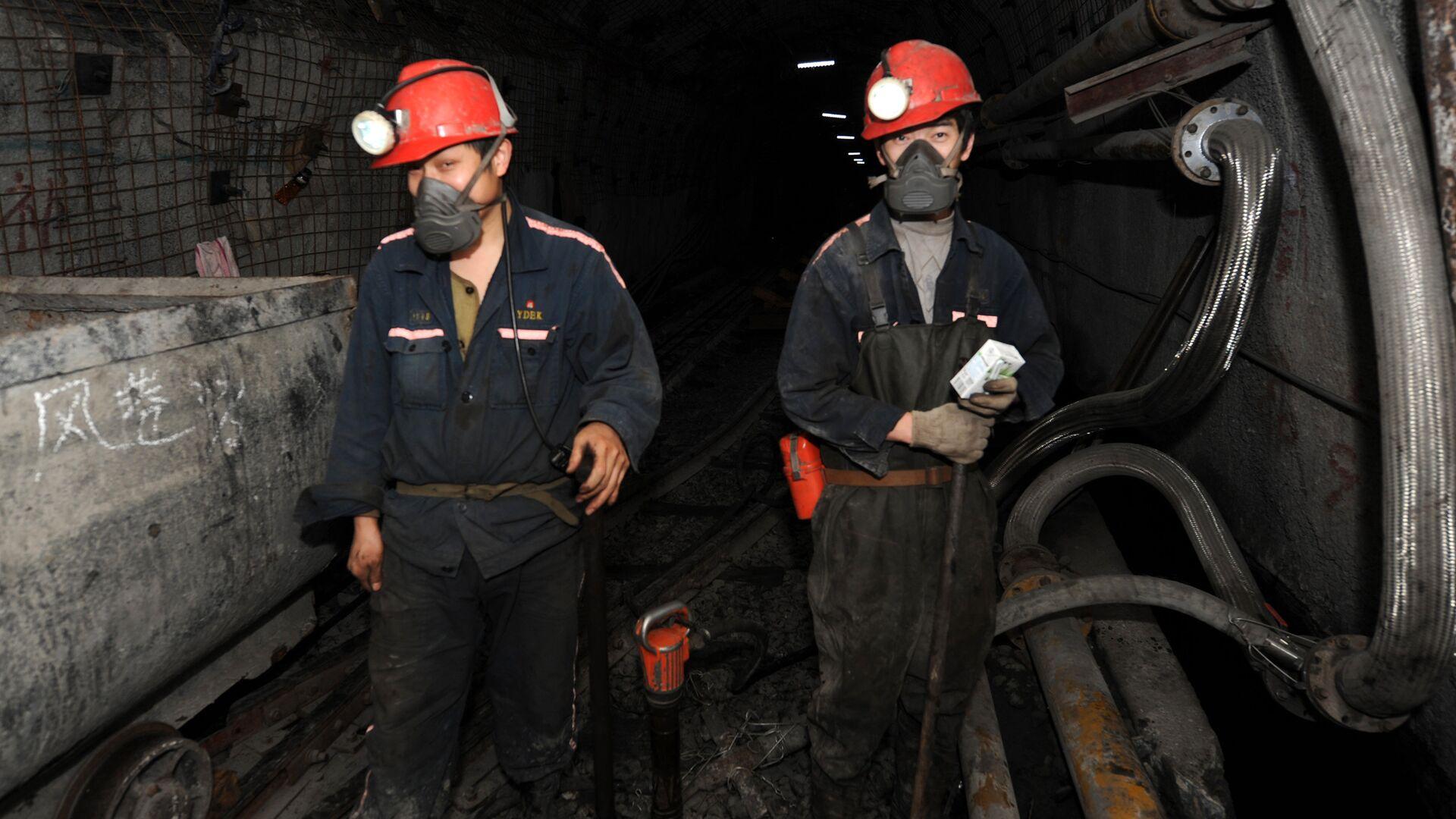 Laborers working at a coal mining facility  - Sputnik International, 1920, 19.08.2021