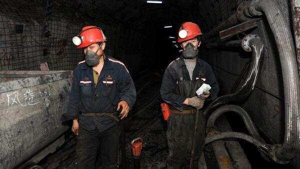 Laborers working at a coal mining facility  - Sputnik International