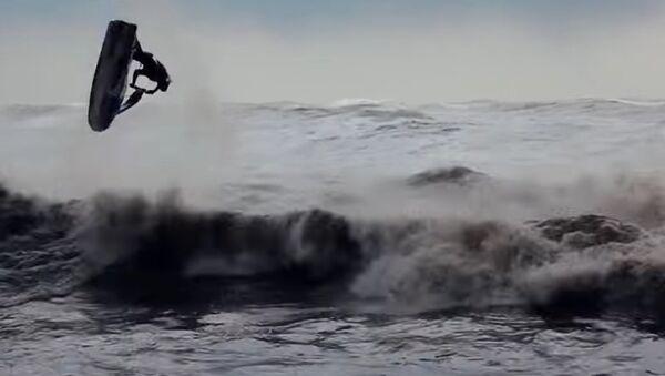 Fearless Russian Daredevils Ride Wave During Storm in Sochi - Sputnik International