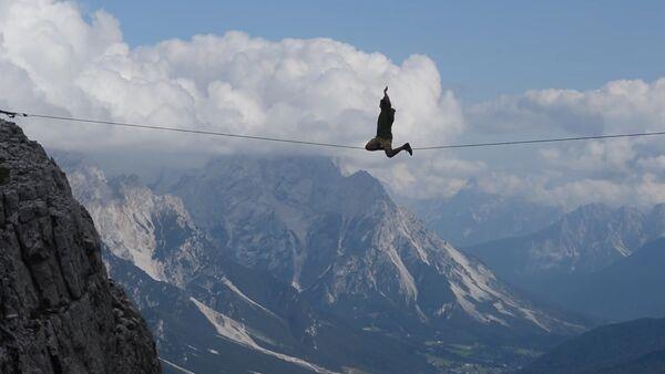 Guy Walks on Tightrope Between Mountains - Sputnik International