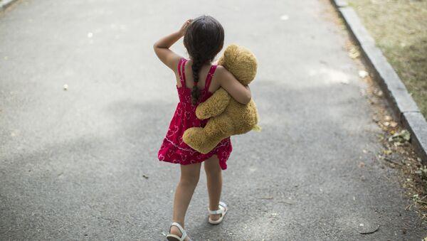 Little girl with teddy bear - Sputnik International