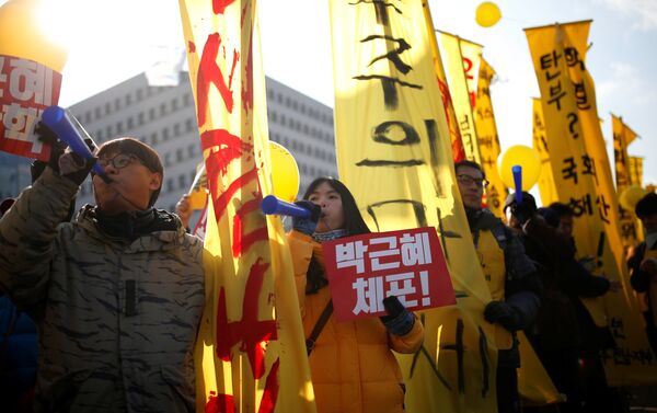 Protesters chant slogans during a rally demanding the impeachment of South Korean President Park Geun-hye in front of the National Assembly in Seoul, South Korea, December 9, 2016. The sign reads Arrest Park Geun-hye. - Sputnik International