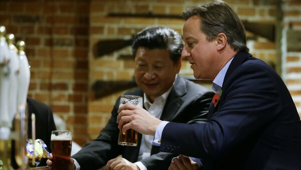 Then Britain's Prime Minister David Cameron, right, drinks a pint of beer with Chinese President Xi Jinping, at The Plough pub in Casden, England on October 22, 2015. - Sputnik International