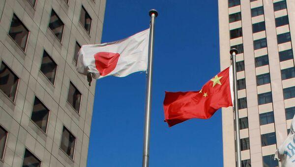 Chinese national flag (C) and a Japanese national flag (L) (File) - Sputnik International