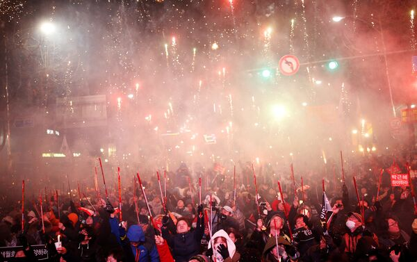 People set off fireworks on a road leading to the Presidential Blue House during a protest calling for South Korean President Park Geun-hye to step down in central Seoul, South Korea, December 10, 2016 - Sputnik International