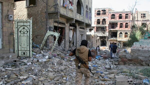 A pro-government fighter walks at the site of recent battles between Houthi fighters and pro-government troops , on the second day of a 48-hour ceasefire in the southwestern city of Taiz, Yemen November 20, 2016 - Sputnik International