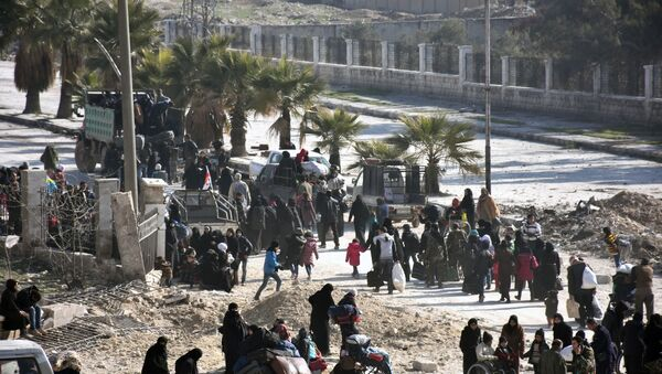 Syrian civilians arrive at a checkpoint manned by pro-government forces, at the al-Hawoz street roundabout, after leaving Aleppo's eastern neighbourhoods on December 10, 2016 - Sputnik International