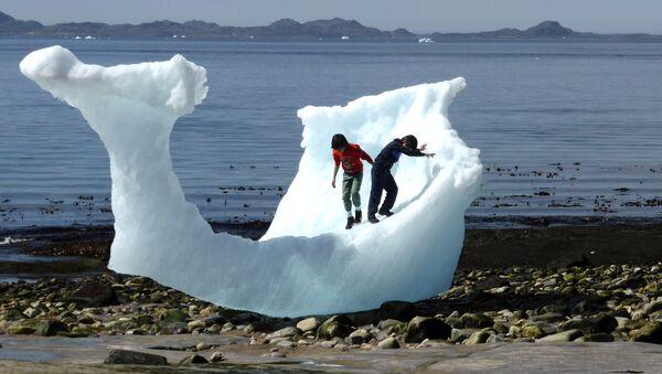 Children play amid icebergs on the beach in Nuuk, Greenland, June 5, 2016. - Sputnik International