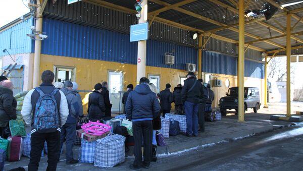 A line on Uspenka border crossing point in the Donetsk Region on the Russia-Ukraine border (file). - Sputnik International