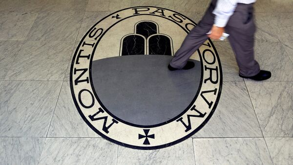 A man walks on a logo of the Monte Dei Paschi Di Siena bank in Rome, Italy, September 24, 2013. - Sputnik International