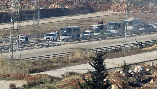 Four buses, with on board people who are evacuated from Fuaa and Kafraya (two under rebel siege Shiite villages), arrive at the Syrian government-controlled crossing of Ramoussa, on the southern outskirts of Aleppo, on December 19, 2016 during an evacuation operation of rebel fighters and civilians from rebel-held areas - Sputnik International