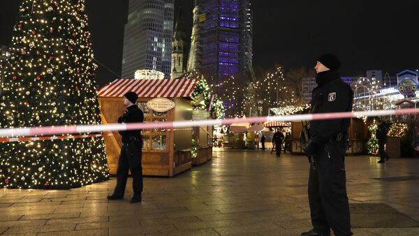 Police guard a Christmas market after a truck ran into the crowded Christmas market in Berlin, Germany. - Sputnik International