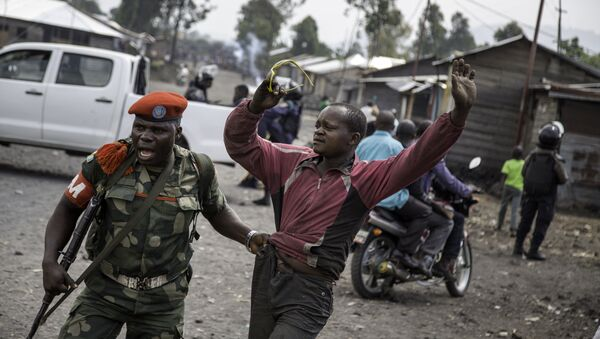 A man is arrested by a member of the military police after people attempted to block the road with rocks, in the neighbourhood of Majengo in Goma, eastern Democratic Republic of the Congo, on 19 December, 2016, as tensions rose with one day left of Congolese President's mandate - Sputnik International
