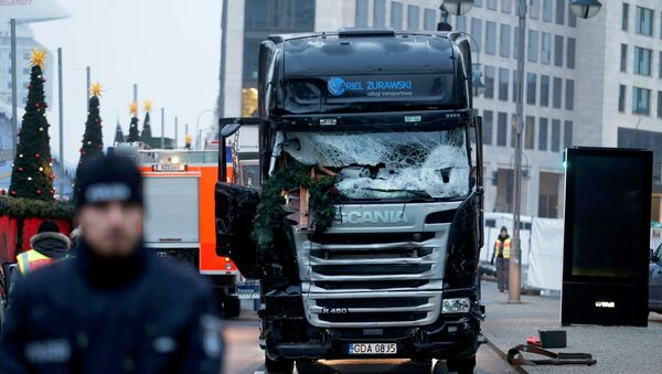 Police stand in front of the truck which ploughed into a crowded Christmas market in the German capital last night in Berlin, Germany, December 20, 2016. - Sputnik International