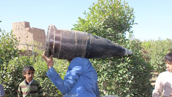 A man carries a part of a missile he says was dropped during a Saudi-led air strike near the northwestern city of Saada, Yemen December 7, 2016. - Sputnik International