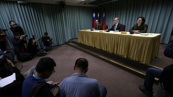 Taiwanese Minister of Foreign Affairs David Lee (C) speaks at a news conference after Sao Tome ended ties with Taiwan, in Taipei December 21, 2016 - Sputnik International