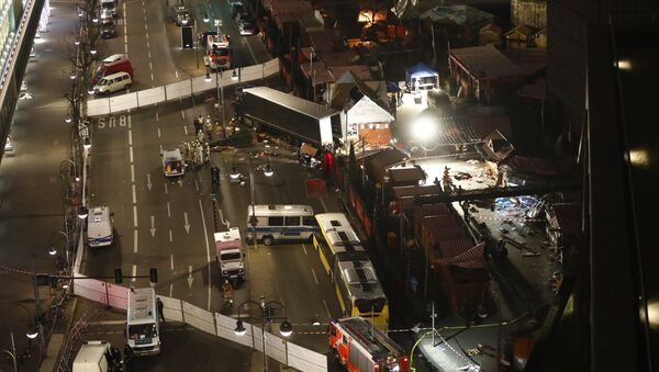 Authorites inspect a truck that had sped into a Christmas market in Berlin, on December 19, 2016 - Sputnik International