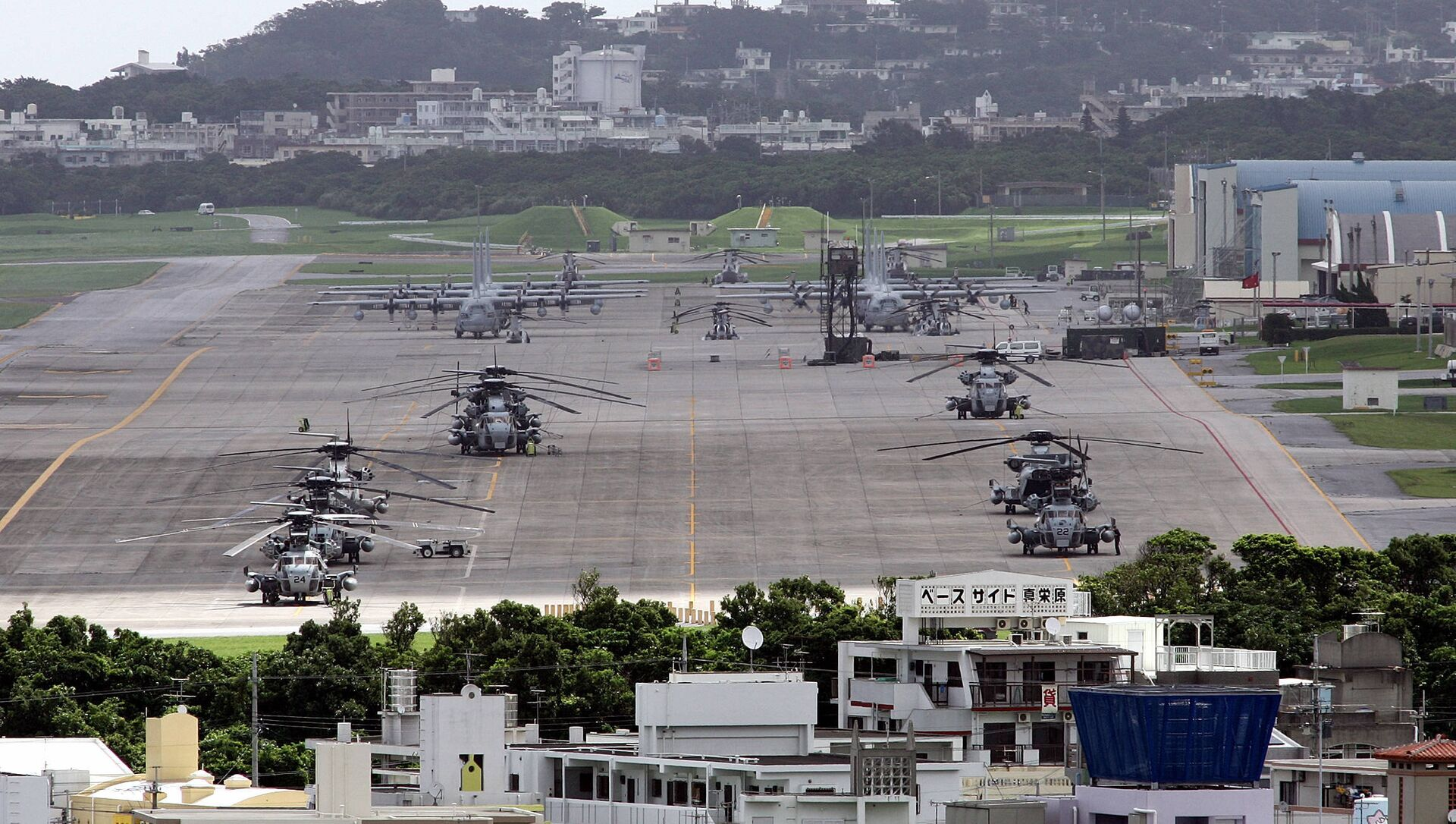 US helicopters and planes parked at Futenma US Marine Base in Ginowan, Okinawa Prefecture (File). - Sputnik International, 1920, 04.09.2021