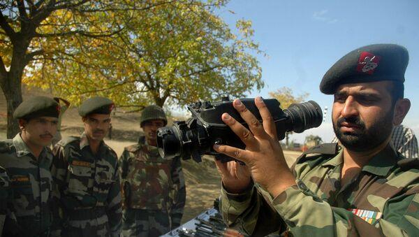 An Indian Army officer display night vision binoculars (File) - Sputnik International