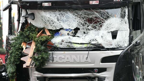 View of the truck that crashed the evening before into a christmas market at Gedдchtniskirche church on early December 20, 2016 in Berlin - Sputnik International