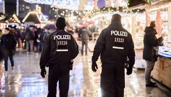 Police patrols at the reopened Christmas market near the Kaiser Wilhelm Memorial Church in Berlin on December 22, 2016 - Sputnik International