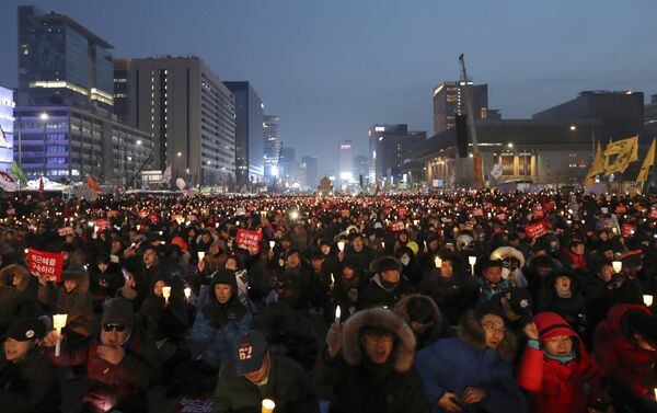 Protesters hold candles during a rally calling for South Korean President Park Geun-hye to step down in Seoul, South Korea - Sputnik International