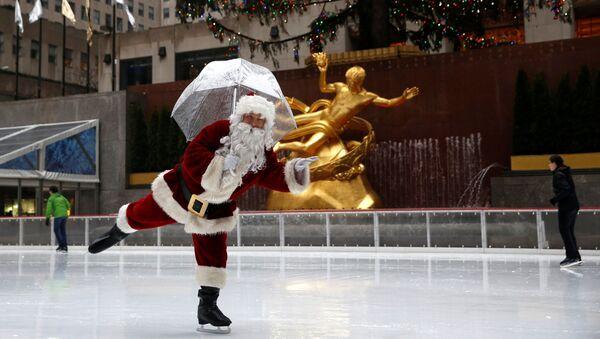 A man dressed as Santa Claus ice skates at The Rink At Rockefeller Center on Christmas Eve in Manhattan, New York City, US. - Sputnik International