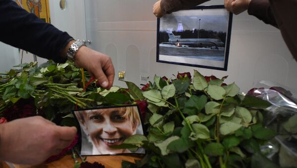 People place a portrait of the founder of Voters' League, charity activist Elizaveta Glinka, known as Dr Liza and a picture of the TU-154 airplane at the airport of the city of Sochi on December 25, 2016, after a Russian military plane which carried dozens of Red Army Choir members crashed. The Russian military - Sputnik International