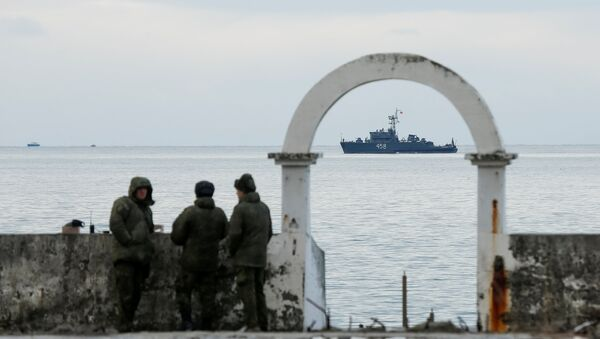 Military personnel watch on a pier as navy ship sails near the crash site of a Russian military Tu-154 plane, which crashed into the Black Sea on its way to Syria on Sunday, in the Black Sea resort city of Sochi, Russia, December 26, 2016 - Sputnik International