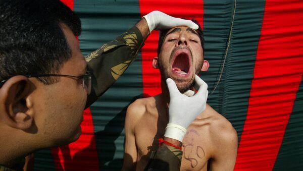 An Indian Army officer checks the teeth (File) - Sputnik International