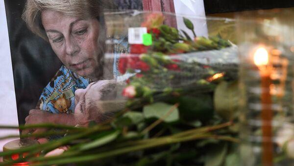 Flowers outside the Fair Aid International Public Organization in memory of Yelizaveta Glinka (Doctor Liza), who died in the Russian Defense Ministry's TU-154 aircraft crash off the Black Sea coast near Sochi - Sputnik International