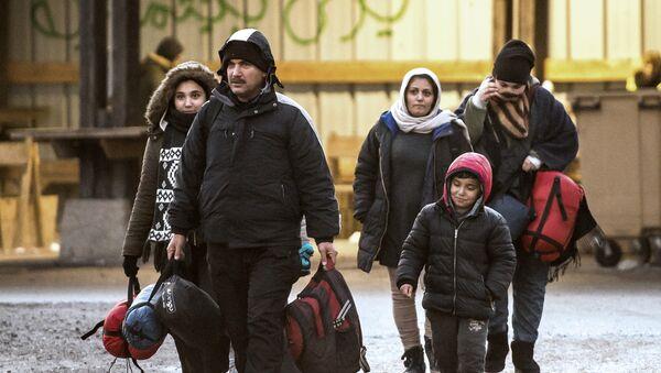 Migrants walk in a refugee camp in Grande-Synthe, northern France. (File) - Sputnik International