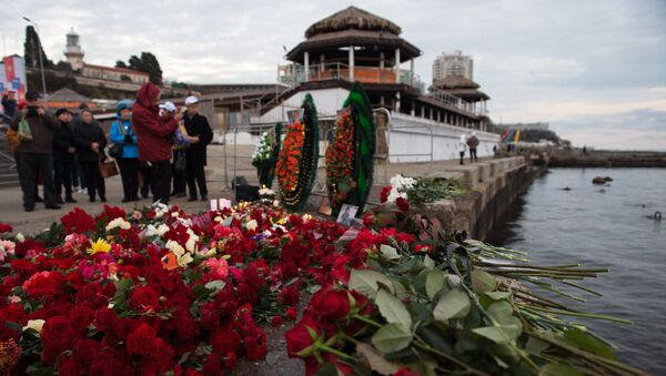 Sochi residents bring flowers, candles to South Pier Square - Sputnik International