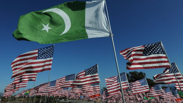 The flag of Pakistan and American flags (File) - Sputnik International