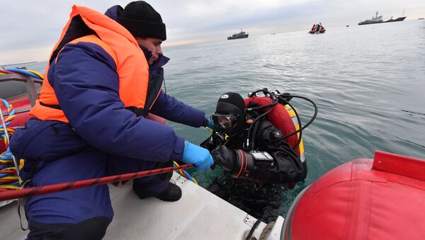 Emergencies Ministry rescuers during a search operation at the crash site in the Black Sea near Sochi. - Sputnik International