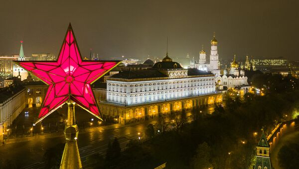 The star atop the Vodovzvodnaya Tower of the Moscow Kremlin. Right: the Grand Kremlin Palace, and the Church of St. John Climacus the Ivan the Great Bell Tower - Sputnik International
