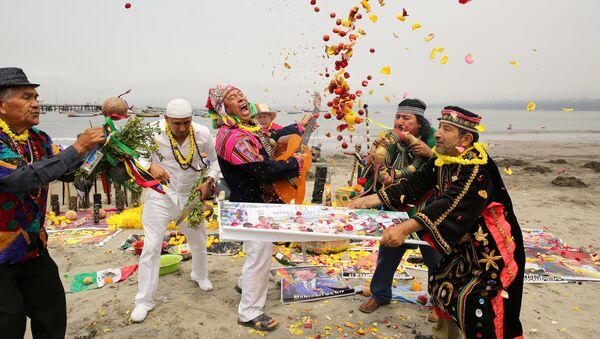 Peruvian shamans perform a ritual of predictions for the new year at Pescadores beach in Chorrillos, Lima, Peru, December 29, 2016. - Sputnik International
