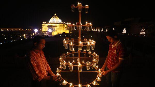 Indians light lamps at Akshardham temple on the eve of Diwali, the festival of lights, in Gandhinagar, India. (File) - Sputnik International