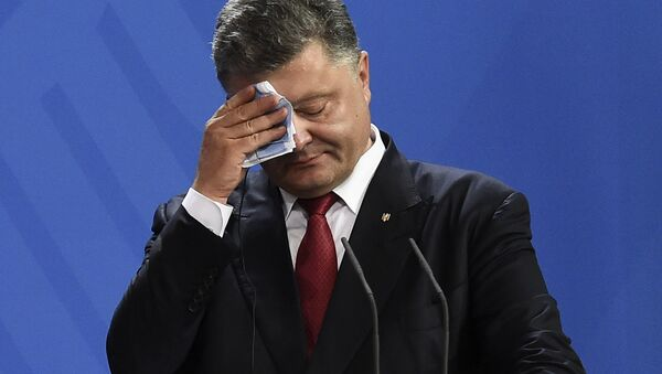 Ukrainian President Petro Poroshenko wipes his brow during a press conference with his German and French counterparts following talks at the chancellery in Berlin on August 24, 2015 - Sputnik International