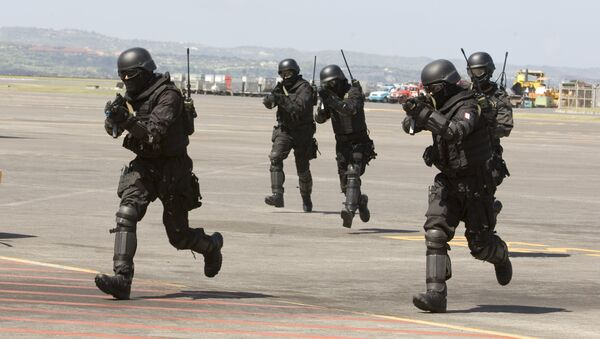 Indonesian Special Forces soldiers, also known as Kopassus, take position during a joint anti-terrorism exercise with Australia's elite unit SAS at the Bali International Airport, in Kuta, Indonesia on Tuesday, Sept. 28, 2010 - Sputnik International