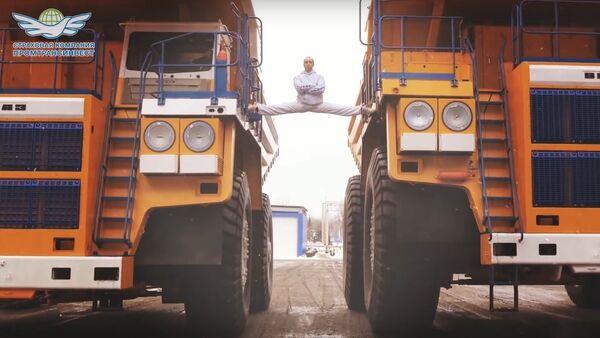 Белорус сел на шпагат между движущимися БелАЗами/The MOST EPIC Epic Split! 160 Ton BelAZ Dump Trucks - Sputnik International