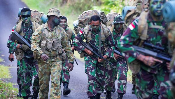 Australian Army soldier Sergeant Francis Jakis (L) is pictured with Indonesian Army soldiers during the Junior Officer Combat Instructor Training course conducted by the Australian Army's Combat Training Centre in Tully, Australia, October 10, 2014 - Sputnik International