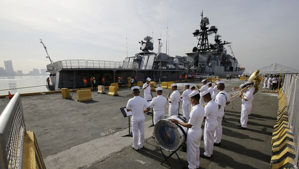 A Philippine Navy Band plays as the Russian Navy vessel Admiral Tributs, a large anti-submarine ship, docks at Manila's pier, Philippines on Tuesday, Jan. 3, 2017 - Sputnik International