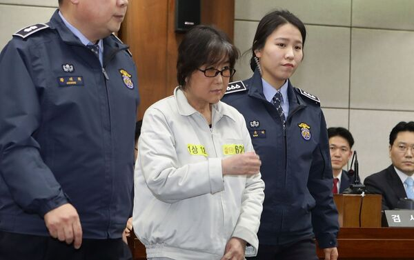 Choi Soon-sil, the woman at the centre of the South Korean political scandal and long-time friend of President Park Geun-hye, appears for her first trial at the Seoul Central District Court on January 5, 2017 in Seoul, South Korea - Sputnik International