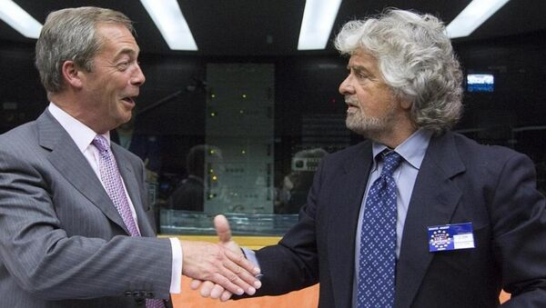 President of the EFDD Group, Nigel Farage greets Beppe Grillo, leader of Italy's 5 Star Movement - Sputnik International